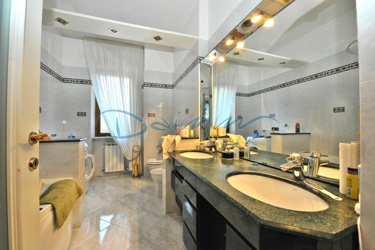 Vendita appartamento varazze puntabella casa al mare bagno for Appartamento al mare design